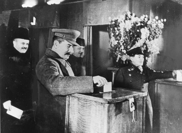 Сталин на избирательном участке