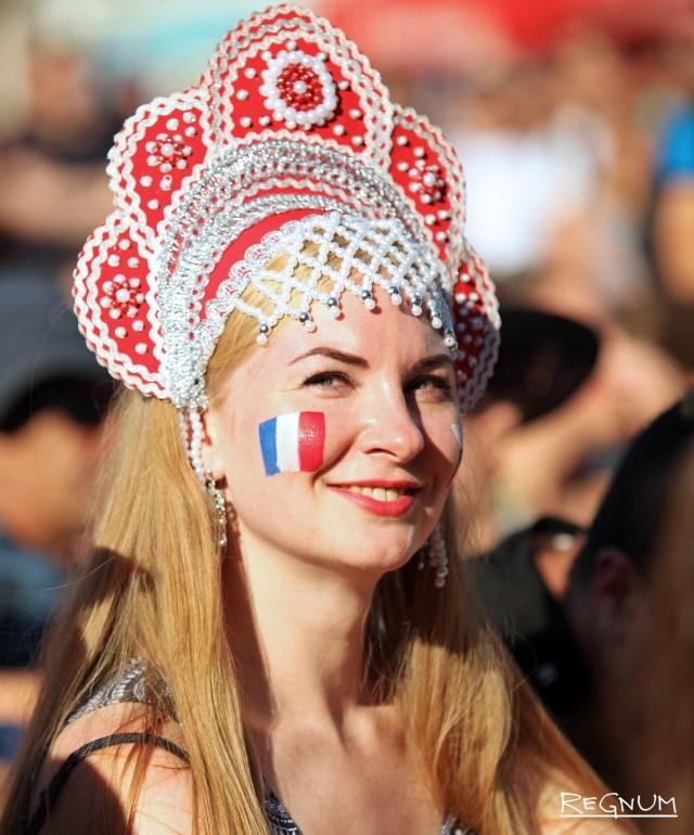 Русская красавица с французским флагом на щеке