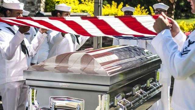 Американский флаг над гробом