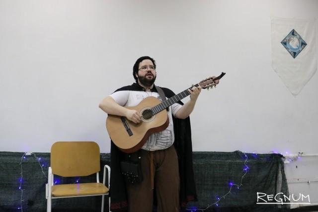 Участник мероприятия играет на гитаре