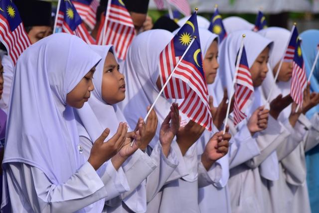 В Малайзии король Мухаммад V, избранный на пять лет, отрекся от престола
