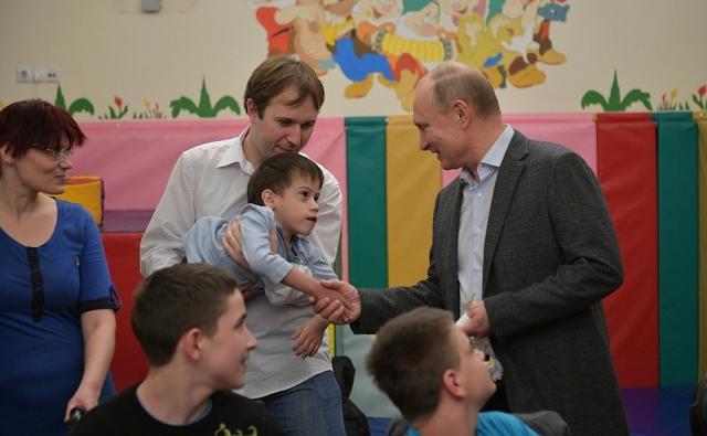 Путин вручил подарки пациентам детского хосписа в Петербурге