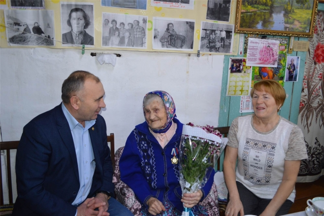 104-летний ветеран в Чувашии много читает и рукодельничает