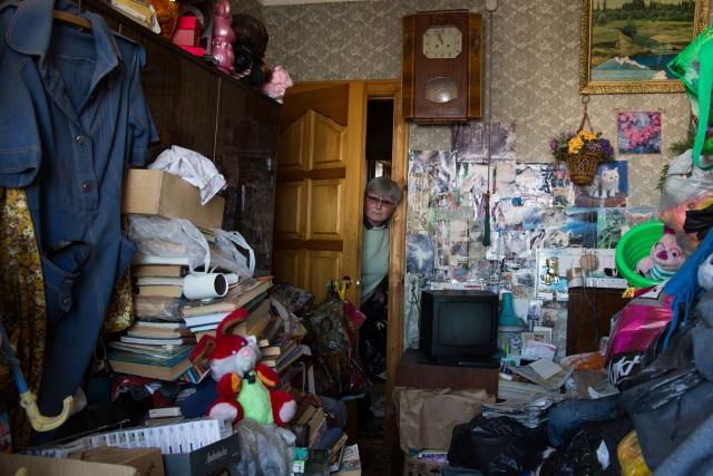 Жанна несколько раз в месяц ездит в Москву в свою трёхкомнатную квартиру. Там живёт её мама. У пожилой женщины психическое расстройство: она собирает вещи с помоек и несёт их в дом