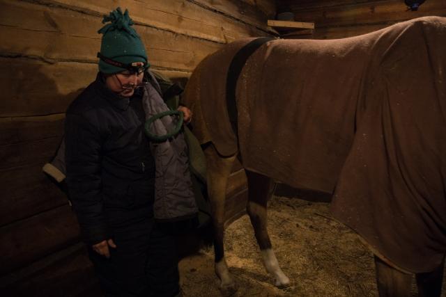 Эта фотография сделана в нашу первую встречу. Тогда у Баси было сильное обострение и лошадь часто плакала от боли. Жанна в такие моменты доходит до отчаяния. Боится, что кто-то из них скоро точно умрёт