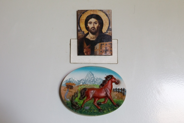 Жанна всегда собирала вещи с изображением лошадей, различные статуэтки, игрушки, а теперь рядом с её игрушечным табуном расположились иконы