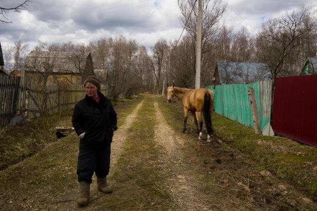 Весной Басе стало получше. Жанна надеялась, что снова поедет на лошади верхом. Но счастье длилось недолго. Вскоре у Баси случился рецидив, и лошадь перестала ходить. Московские ковали отказывались приезжать — далеко. Жанна часами лежала на кровати, обессилев от отчаяния: «Я больше не могу»