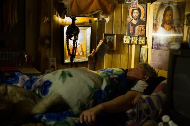 Перед сном Жанна всегда читает православную литературу. Очень любит говорить про жития святых. Задаваться вопросом, как они пережили свои беды