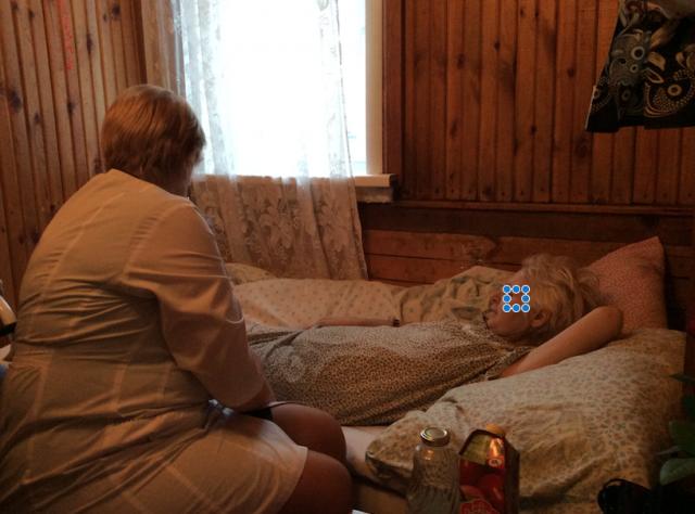 Руководство из алтайского онкоцентра посещает Светлану М. в хосписе