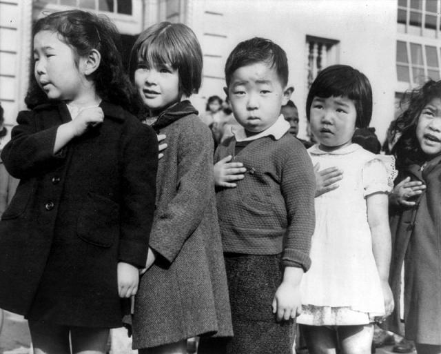 Дети средней школы Вэйл в Сан Франциско произносят клятву верности американскому флагу перед интернированием, апрель 1942 года