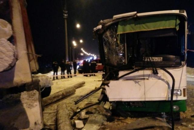 В ДТП с автобусом и лесовозом под Сыктывкаром пострадали 15 человек