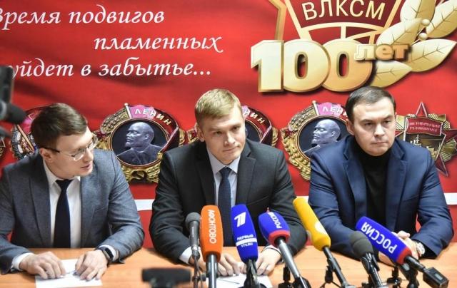 Валентин Коновалов (в центре)