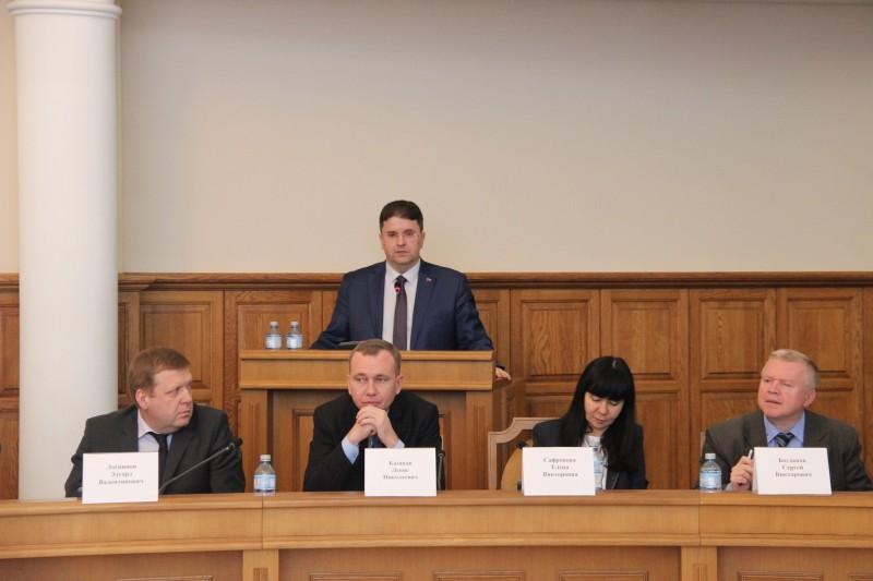 За кафедрой стоит Игорь Лазарев — глава Белгородского Облзбиркома