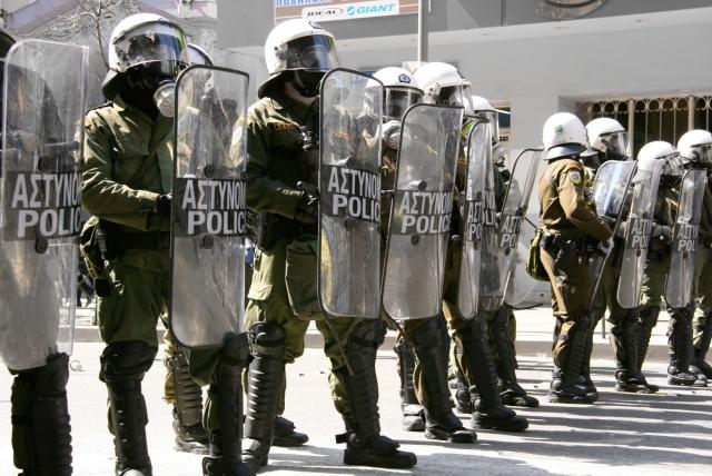 В Афинах полиция разогнала слезоточивым газом митинг учителей