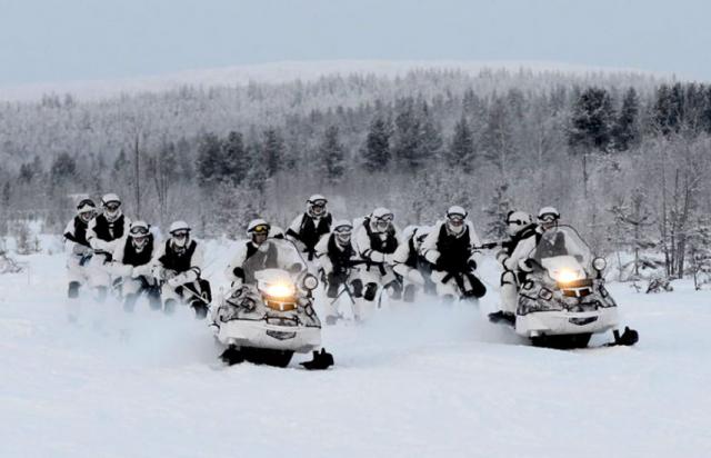 Арктическая бригада Северного флота отрабатывает рейды на снегоходах