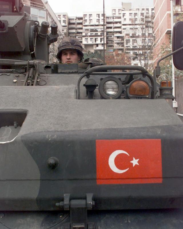 Турция продолжает стягивать военную технику на границу с Сирией — СМИ