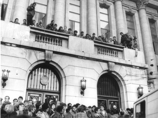 Балкон, где Чаушеску произнес свою последнюю речь, захвачен толпой. 1989