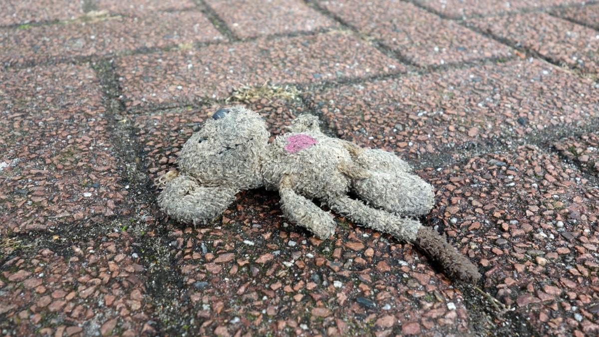 Кукла на дороге