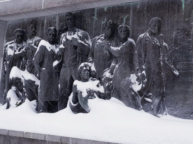 Барельеф на мемориале жертвам интервенции 1918–1919 гг. Вологодское (Кузнечевское) кладбище города Архангельска. Клавдия Близнина  изображена второй справа