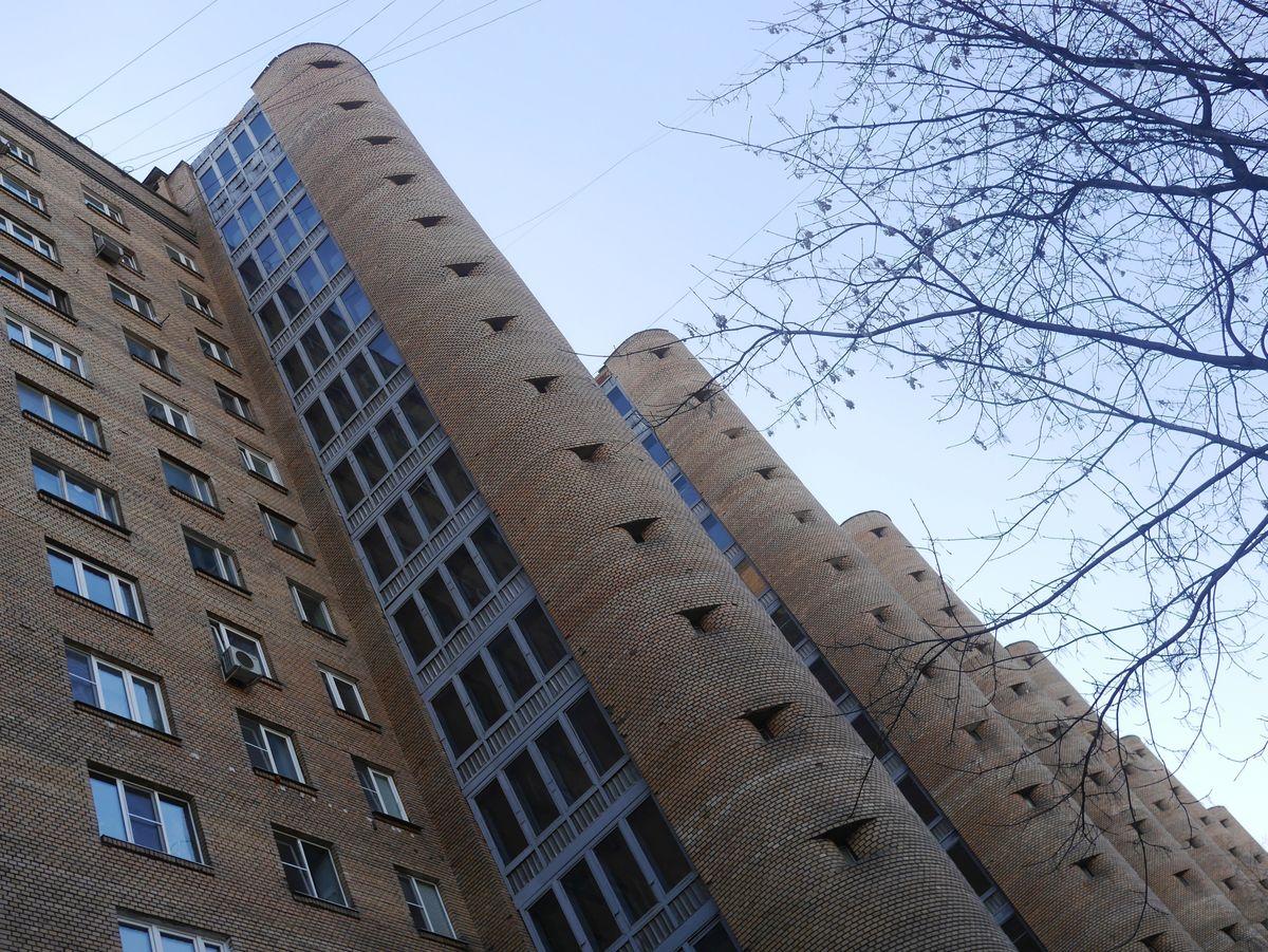 Обратная сторона. 15 этажей, 13 подъездов