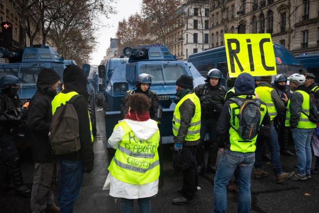 Французская полиция и протестующие. Париж. 2018