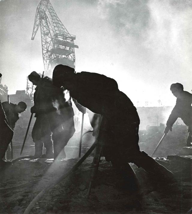 На строительстве завода. СССР