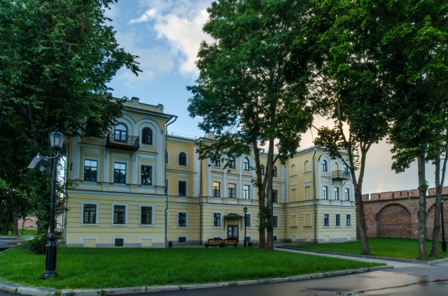 Здание Новгородского областного колледжа искусств им. С.В. Рахманинова в Кремле
