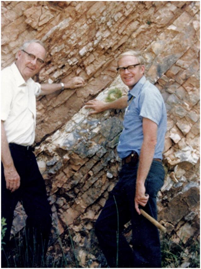Авторы гипотезы метеоритного вымирания динозавров палеонтолог Уолтер Альварес (справа) и его отец нобелевский лауреат по физике, участник Манхэттенского проекта Луис Альварес, в связи с работами которого по мюонному катализу в 1956 году журналисты придумали термин «холодный ядерный синтез»
