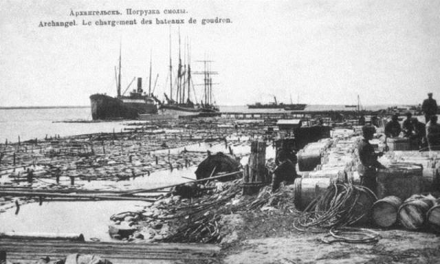 Погрузка смолы в архангельском порту. Начало XX века