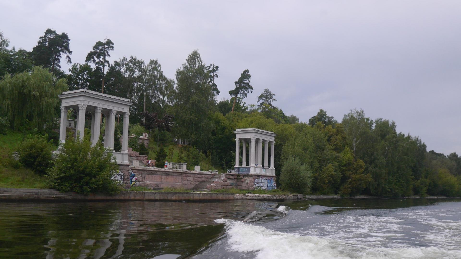 Наблюдение пристани с воды — главное событие местных речных прогулок, август 2016