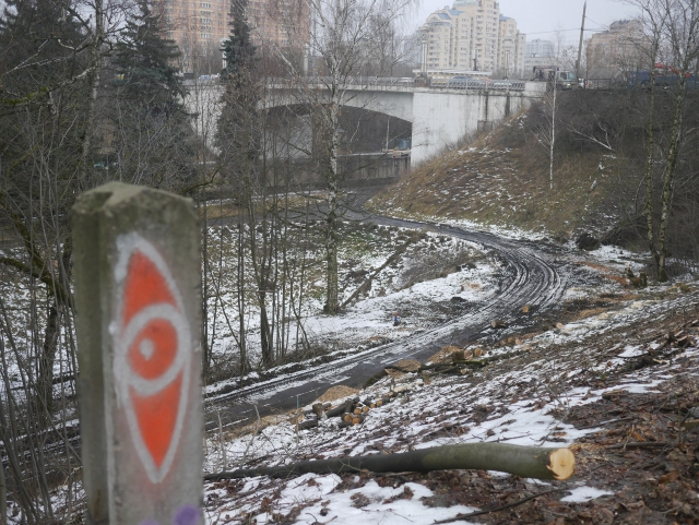 Начало грубого вторжения на ГУ9, с уничтожением озеленения, декабрь 2017