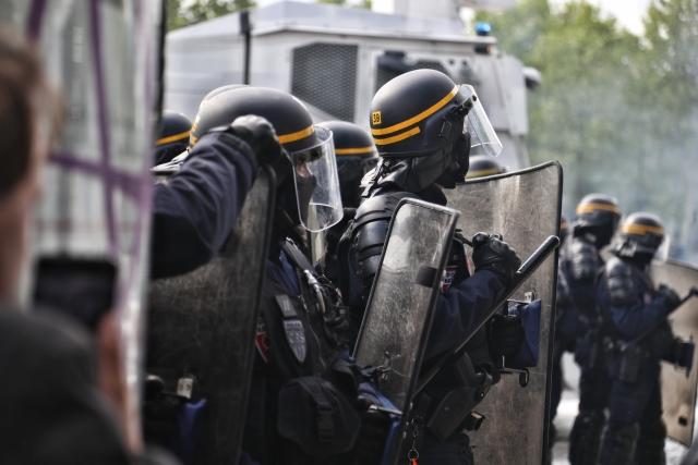 Во Франции митингующих разогнали водометами и слезоточивым газом