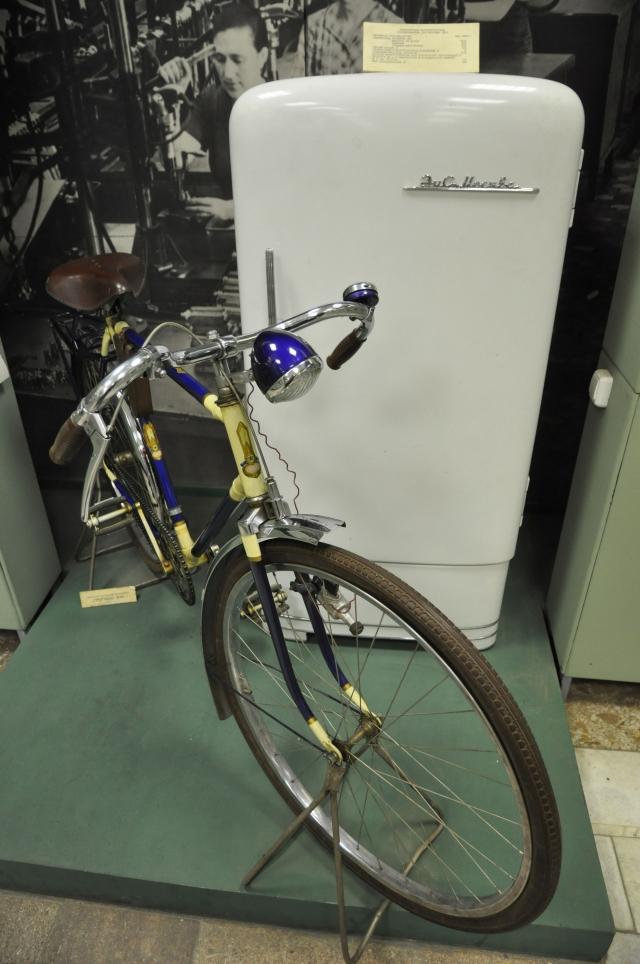 Милионный велосипед и первая модель холодильника ЗиС-Москва.