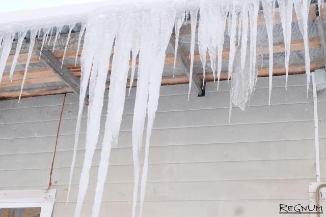 Глыба льда травмировала жительницу Раменского района Подмосковья