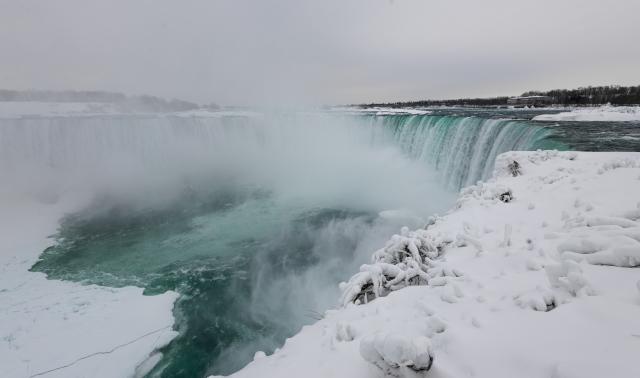 Ниагарский водопад частично замерз из-за сильных морозов