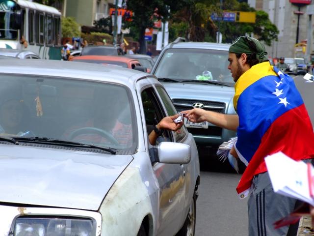 Демонстранты раздают листовки на улице