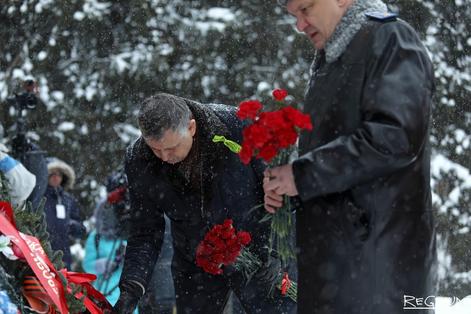 Возложение цветов к мемориалу