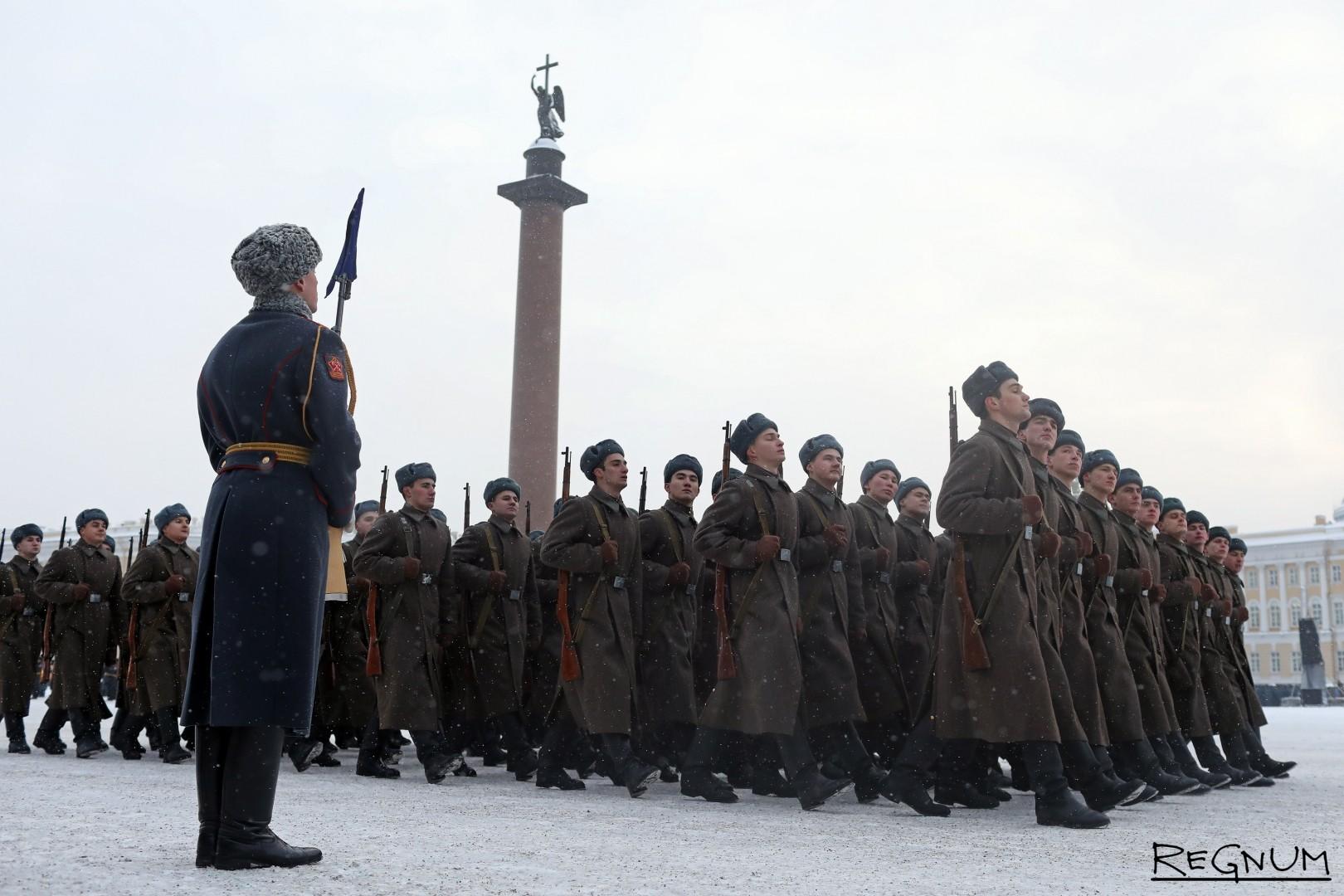 Военнослужащие в форме красноармейцев