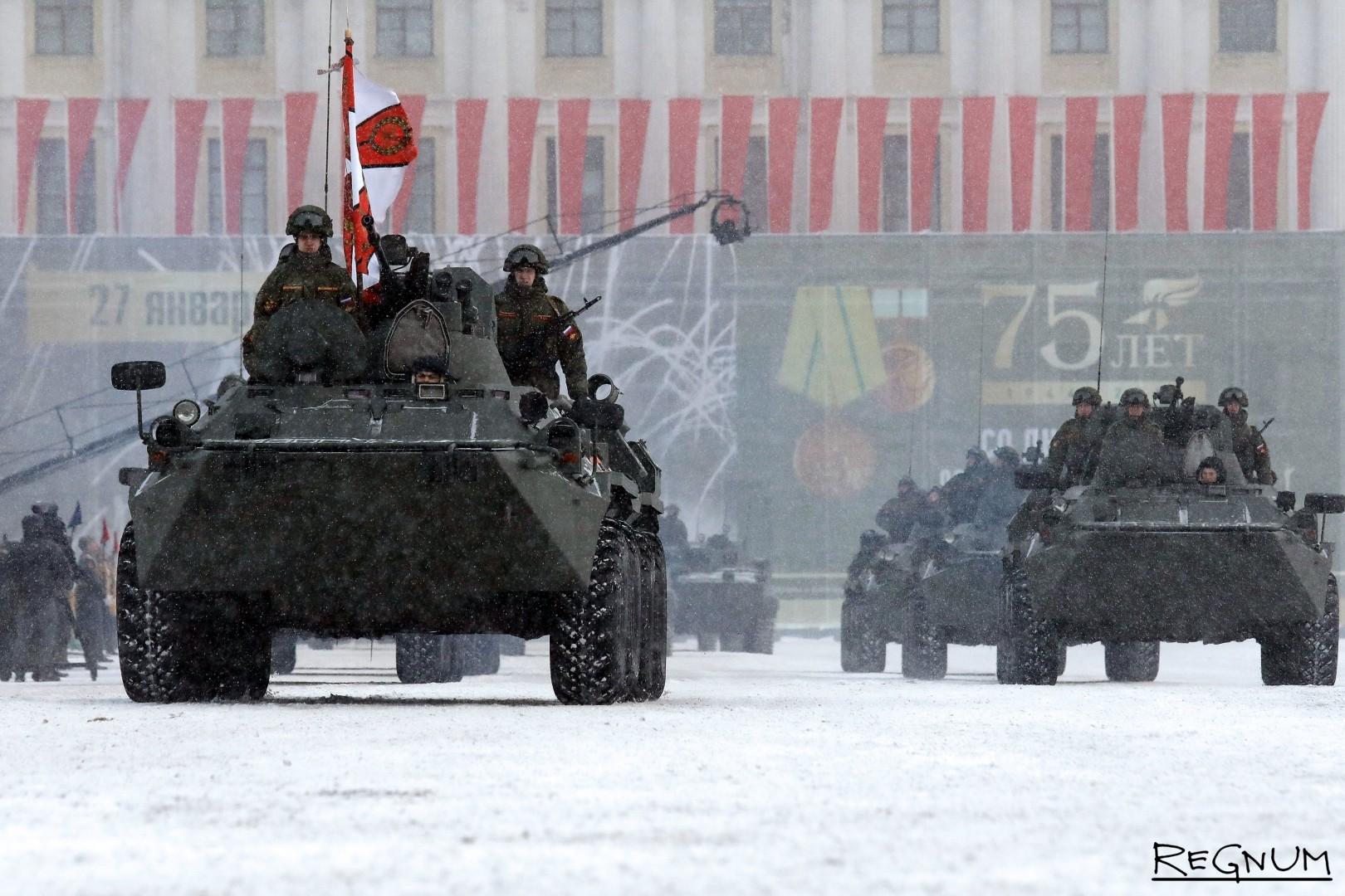Колонна БТР на военном параде в честь 75-й годовщины полного снятия блокады Ленинграда
