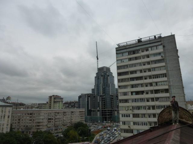 Вид с крыши доходного дома на одну из башен КМС-101 на Садовом Кольце.
