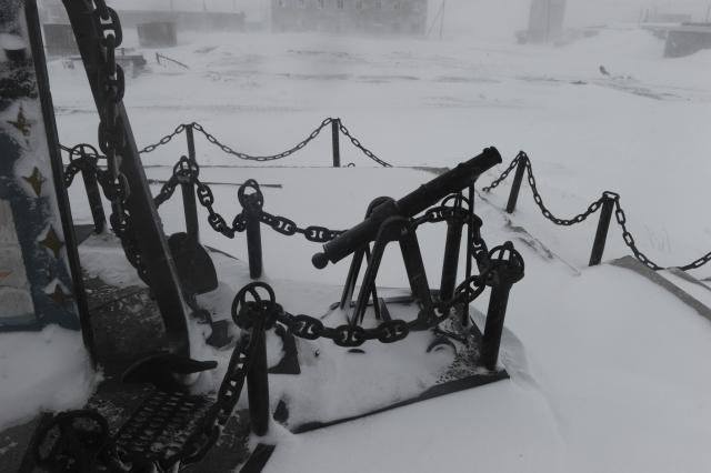Фрагмент памятника Джеймсу Куку в заброшенном посёлке, мыс Шмидта