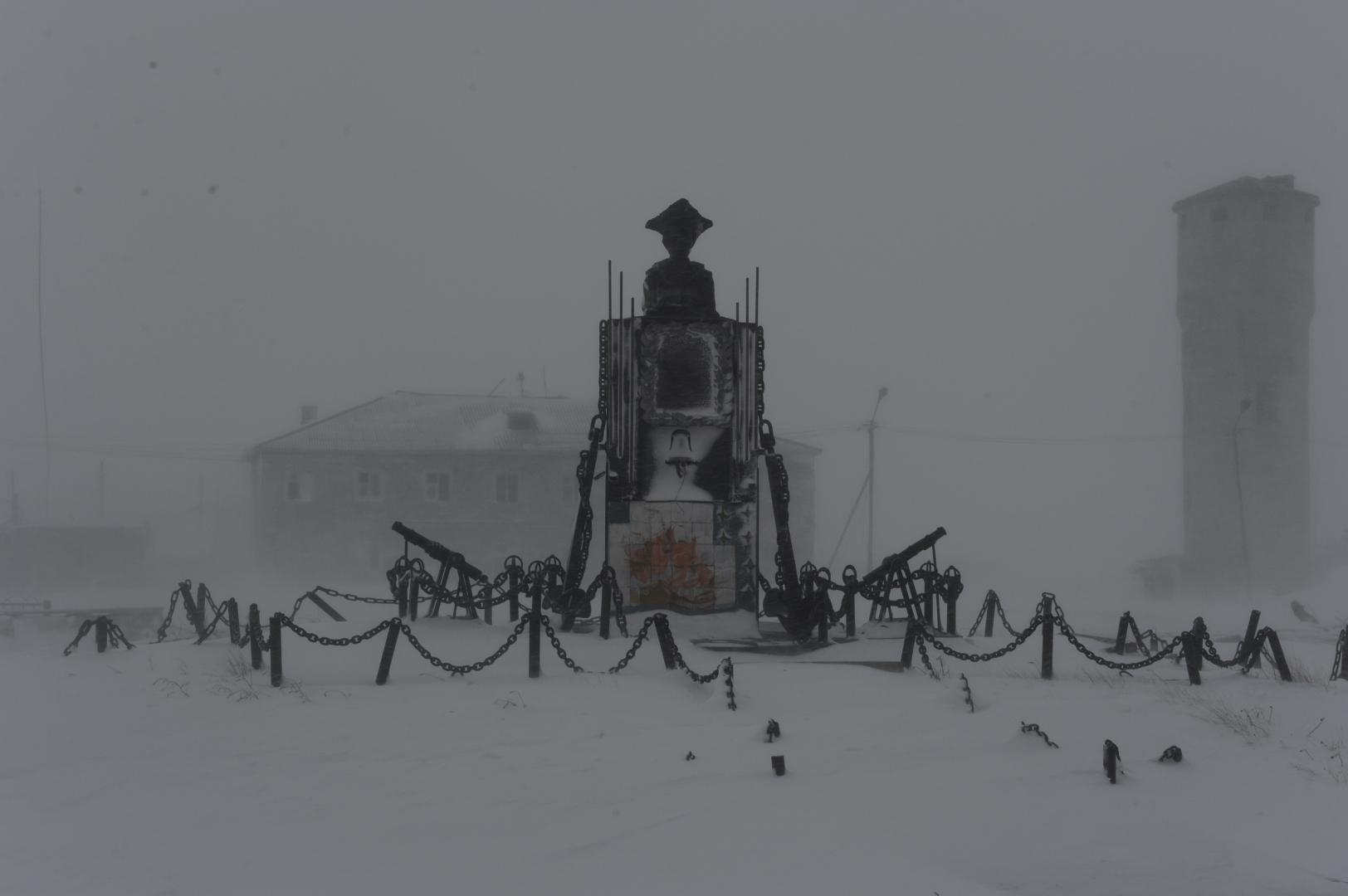 Памятник Джеймсу Куку в поселке мыс Шмидта