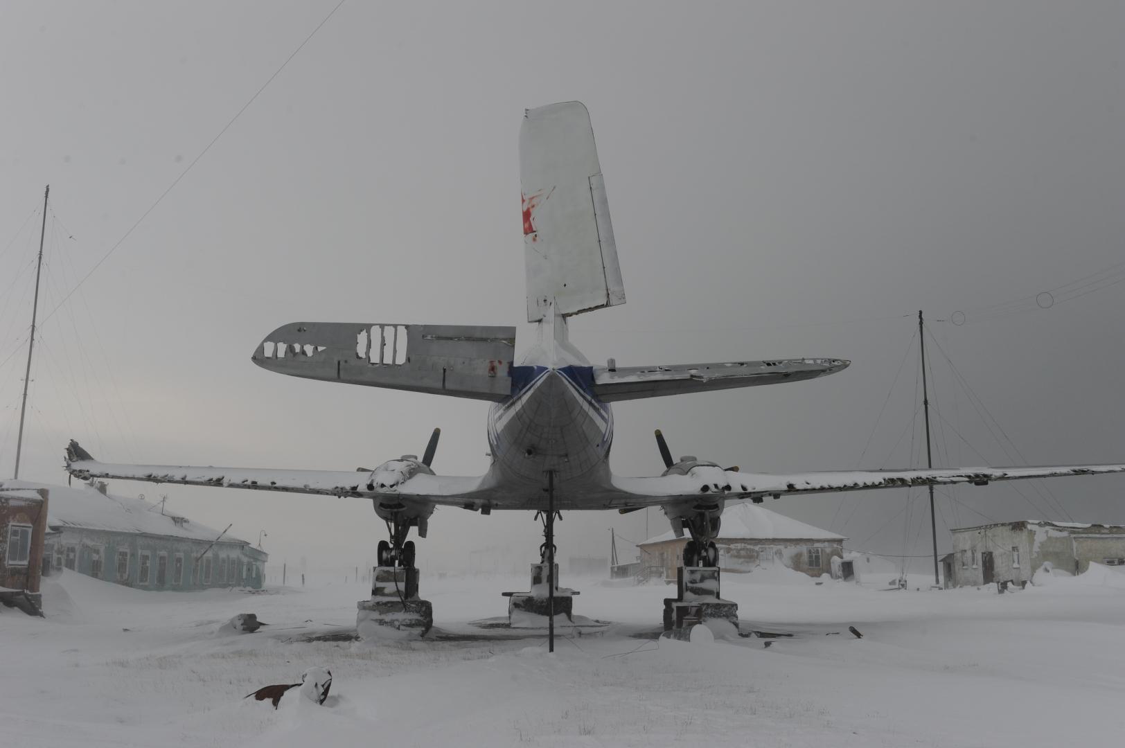 Монумент с самолётом «ИЛ-14», который был установлен только с третьей попытки Юрием Дунаевым на мысе Шмидта, посвящён полярной авиации в Арктике