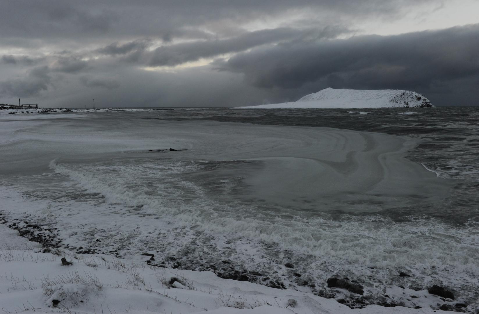 Чукотское море, закрытое шугой, и окрестности села Рыркайпий