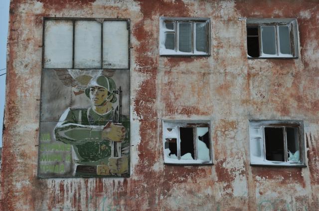 Фрагмент здания в воинской части на Мысе Шмидта. Сейчас посёлок заброшен