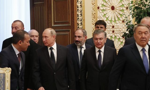 Гейдар Алиев и Никол Пашинян во время саммита в Душанбе m