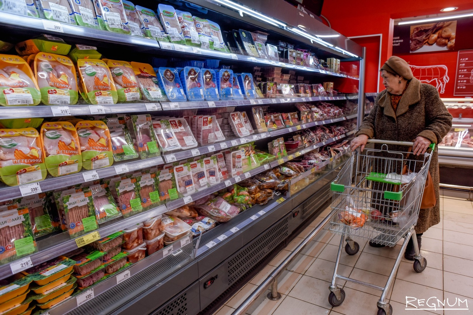 Мясная продукция в супермаркете «Перекрёсток»
