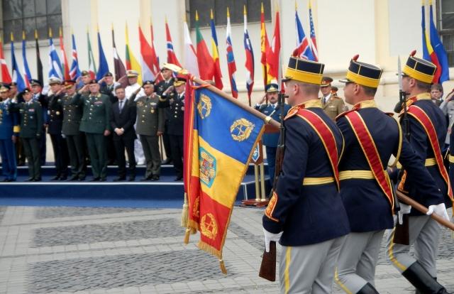 Румынские солдаты и перед военными НАТО
