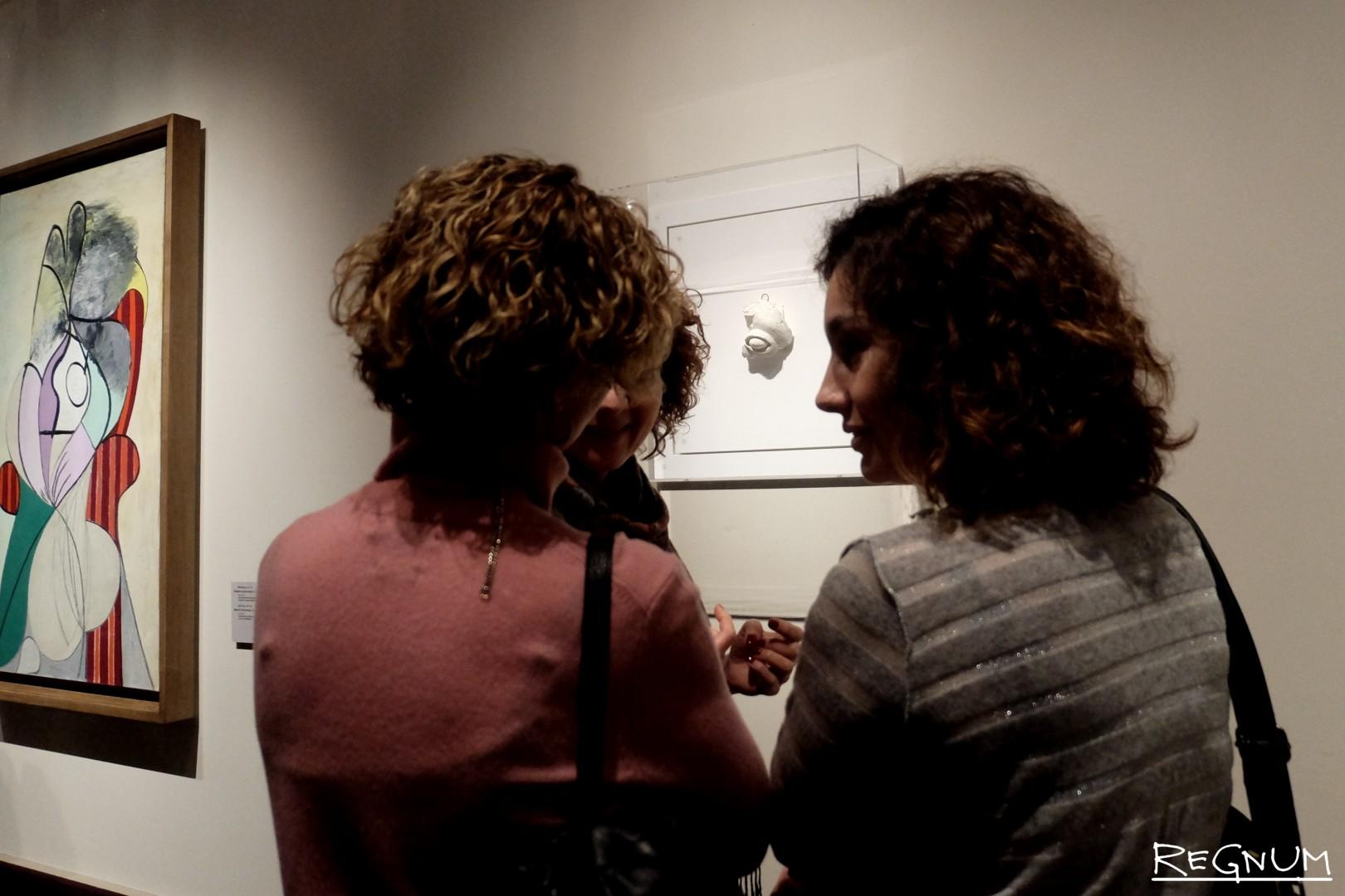 Посетители музея рассматривают экспонат «Глаз»