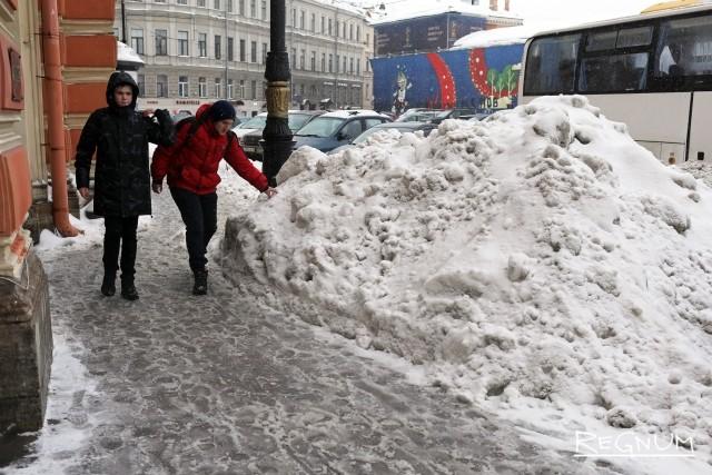 Кучи снега на Конюшенной площади